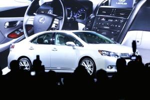 General Motors, que no ha contado con un vehículo ganador en la categoría desde hace años, lanzará el Cruze en Estados Unidos y en Canadá en la primera mitad de 2010 con dos motorizaciones, una de 1.4 litros turbo y otra de 1.8 litros de cuatro cilindros.