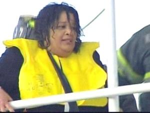 Según varias cadenas locales, el piloto habría notado el impacto de esos pájaros en el avión tan solo unos minutos después de haber despegado y, tras informar a los pasajeros, trató de aterrizar en un área de Brooklyn, pero al ver que no llegaba, optó por amerizar sobre las aguas del río.