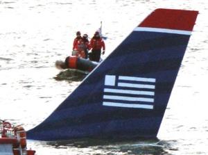 Testigos vieron cómo el avión empezó a volar cada vez más bajo y de repente se fue perfilando para acuatizar en el río.