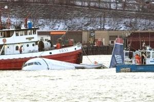 Las autoridades señalaron que el piloto reportó a la torre de control que tenía problemas mecánicos, por lo que se cree que trató de posar la aeronave en el agua.