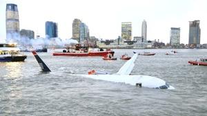 Un avión de la compañía aérea US Airways, con 135 personas a bordo y que había despegado del aeropuerto de La Guardia con destino a la localidad de Charlotte, en Carolina del Norte (EU.), cayó hoy al río Hudson.