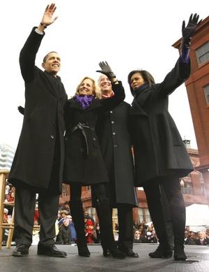 En Baltimore, pese a las advertencias del equipo de Obama de apurar la marcha y abordar de nuevo el tren, un enjambre de periodistas se paró frente a uno de los vagones para registrar para la historia una fiesta de cumpleaños para Michelle.