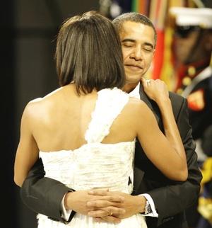 Obama, vestido de traje negro, y su esposa vestida de blanco, bailaron con elegancia el tema 'At Last' interpretado por la cantante Beyoncé en el Centro de Convenciones de Washington.