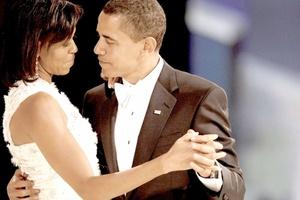 El presidente de Estados Unidos, Barack Obama, bailó con su esposa Michelle en el 'baile del vecindario', la primera de diez galas, tras su histórica juramentación.