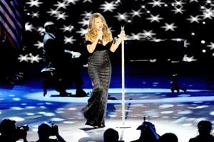La cantante Mariah Carey interpreta el tema Hero para Barack Obama.