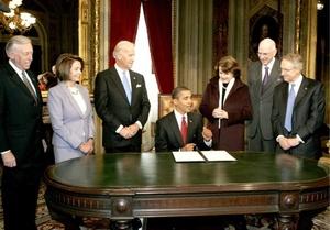 El presidente de Estados Unidos, Barak Obama, es rodeado, por miembros del Comité del Congreso en Ceremonias Inaugurales (JCCIC) en el salón presidencial tras la firma del primer acto como presidente, en Washington, DC.