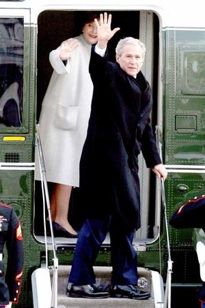 El ex presidente de los Estados Unidos, George W. Bush, y su esposa, Laura Bush, se despiden al subir al helicóptero presidencial después de la toma de posesión de Barack Obama, para regresar a su hogar en Texas.