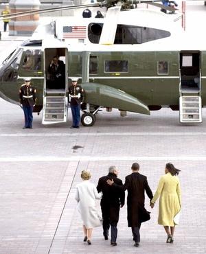 El presidente de los Estados Unidos, Barack Obama, y su esposa, Michelle, acompañan al ex presidente George W. Bush y a la ex primera dama, Laura Bush, al helicóptero presidencial.