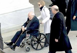Hubo alguien que terminó sus días en el Gobierno en silla de ruedas: el ex vicepresidente, Dick Cheney, quien por cargar cajas durante su mudanza, se lastimó la espalda y tuvo que mirar postrado el relevo presidencial.