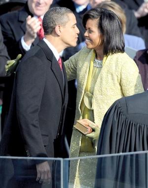 El presidente Barack Obama da un beso a la primera dama Michelle Obama tras su juramento.
