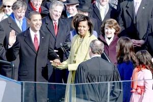 Barack Obama, el joven senador negro que se dio a conocer hacer cuatro años con un electrizante discurso en la Convención Demócrata, concluye una hazaña histórica para él y los de su raza, al jurar como el 44 presidente de los EEUU.