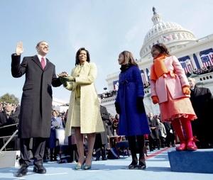 """Mientras Joe Biden juramentó servir al país de las barras y las estrellas en una Biblia de tamaño """"tumbaburros""""; Obama lo hizo en una más pequeña, color rojo, aunque con un simbolismo  impregnado, pues fue la misma que utilizó Abraham Lincoln."""