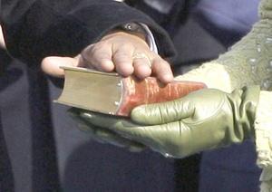 Luego del sombrero, vino el turno de las Biblias y de la verdad.