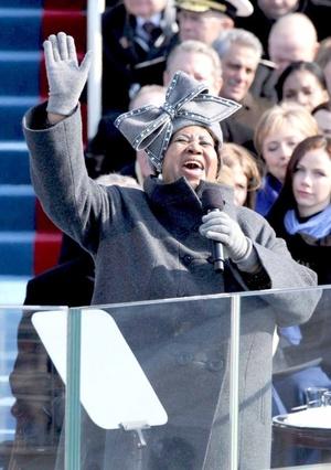 Un sombrero revivió todas las esperanzas de los afroamericanos de la época de Martín Luther King. En realidad, no fue el sombrero, fue quién portaba el adorno en su cabeza: la grande Aretha Franklin, quien entonó el tema My country is tis of thee, poco antes de la toma de posesión de Barack.