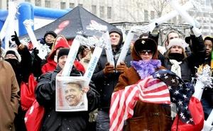 """Todo Washington vivió la obamanía desde las primeras horas de el histórico martes 20 de enero de 2009. Los cafés, bares, gimnasios, calles y el Metro se atiborraron de seguidores del nuevo presidente, desde las primeras horas el grito de """"Sí se puede"""" pintó el amanecer en la ciudad."""