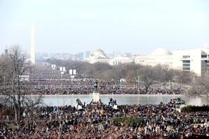 Cientos de miles de personas se congregan entre el Capitolio y el gran obelisco del monumento a Washington, para ser testigos de la ceremonia de investidura de Barack Obama.