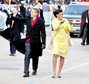 Y si el vehículo, igual que cada detalle de los Obama en su día, dio de qué hablar... la vestimenta de la primera dama, también. Cuando partieron rumbo a la Capilla episcopal de St. John, en Washington, de inmediato se informó el color del vestido, pero aún no se sabía cuál firma atavió a Michelle. Michelle Obama lució un traje dorado con chaqueta de la diseñadora estadounidense, nacida en Cuba Isabel Toledo.