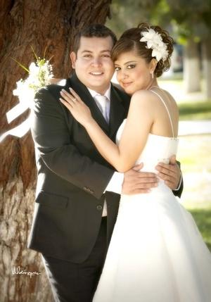 Lic. Víctor Daniel Calderón López y Srita. Azucena Ramírez Cruz contrajeron matrimonio por lo civil el pasado sábado 14 de febrero de 2009. <p> <i>Estudio Luis Velázquez</i>