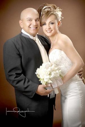 Ing. José Luis Cruz Hernández y Srita. Karla Lizeth Zapico Navarro unieron sus vidas en sagrado matrimonio en la parroquia del Espíritu Santo el sábado 14 de febrero de 2009. <p> <i>Estudio Laura Grageda</i>