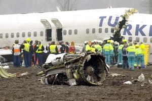 Un periodista de la agencia holandesa de noticias NOS dijo que al parecer el avión había caído a unos tres kilómetros (dos millas) de la pista.
