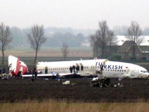 Los dos motores del avión se desprendieron y estaban a unos 100 metros (yardas) de los restos del fuselaje.