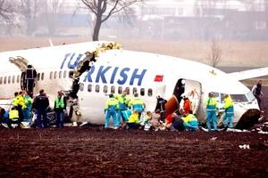 La televisión holandesa transmitió imágenes en las que policías y socorristas se arremolinaban alrededor de la aeronave destrozada mientras varias ambulancias llegaban y salían a toda prisa del lugar.