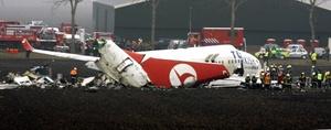El vocero policial Jaap Hage dijo que La aeronave 737-800 se había estrellado en un terreno cercano a una pista.