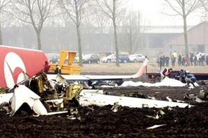 Un motor casi intacto quedó cerca del avión en un terreno fangoso y el otro, muy dañado, estaba a unos 200 metros, dijo un fotógrafo de la AP desde el lugar.