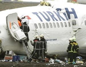El avión se quebró en tres partes al caer.