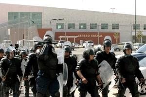 Unos 250 policías más se mantenían en las afueras de la prisión.