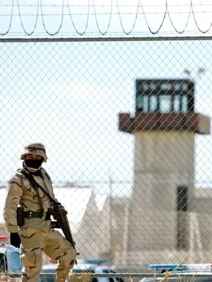 Los prisioneros, la mayoría sentenciados a más de 20 años por homicidio y robo, quemaron colchones y rompieron cristales.