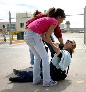 Familiares de reclusos sufrieron crisis nerviosa a las afueras de un penal de Ciudad Juarez.