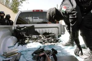 Fueron decomisados seis automóviles, tres motocicletas, tres pistolas de 9 milímetros y cinco armas largas y cortas de distintos calibres.