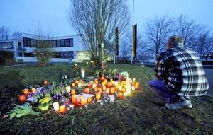 La entrada del colegio, amaneció sembrada de velas, flores, carteles y muñecos de peluche para recordar a las víctimas de la inexplicable masacre.