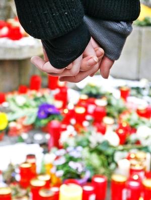 El ministro de Educacion de Baden-Württemberg, Helmut Rau, hizo hoy un llamamiento a los directores de los centros de estudios de toda la región para que dediquen parte de su horario a hablar con sus alumnos sobre la terrible masacre.