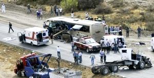 El chófer del autobús, quien fue identificado como César García Hernández, de 48 años de edad, pereció en el lugar de manera inmediata.