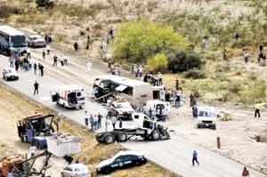 Al menos 11 muertos y 16 heridos fue el saldo del choque entre un autobús de la línea Sennda Express, procedente de Mac Allen, Texas, donde viajaban turistas jubilados de Canadá y Estados Unidos, contra un camión de volteo con destino a Zacatecas.