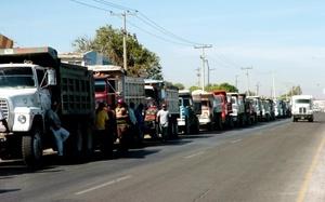 Varias docenas de camiones de carga de la Conatram se concentraron en el Periférico Raúl López Sánchez, frente a la Secretaría de Hacienda, de donde iniciaron un recorrido por diversas calles de la zona conurbada de la Laguna.