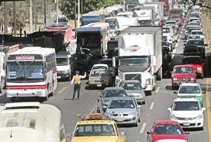 Casi medio centenar de camiones bloquean la autopista a Salamanca ocasionando un severo caos víal.