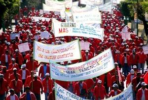 Agremiados de la Confederación Nacional de Transportistas Mexicanos bloquean los tramos carreteros de Alpuyeca, Jojutla, Cuautla y el libramiento a la autopista México-Cuernavaca en protesta por el alza en el precio del diesel.