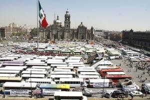 Transportistas de varios estados del país agrupados en la llamada Alianza Nacional de Transporte Mutimodal se manifiestaron en el zócalo de la ciudad de México en demanda de que baje el precio del diesel y se condone el Impuesto Empresarial a Tasa Única (IETU).