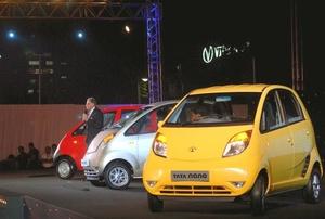 El modelo más barato de Nano costará en un concesionario de Nueva Delhi 123 mil rupias y 134 mil en uno de Bombay.