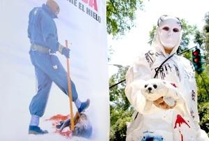 Activistas de la organización AnimaNaturalis protestan ante la embajada de Canadá en Ciudad de México por la matanza de focas que se produce cada año en ese país, y animaron a boicotear los Juegos Olímpicos de Invierno que se celebrarán en 2010 en la ciudad canadiense de Vancouver.