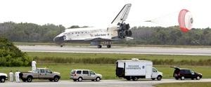 El vuelo de 13 días del Discovery terminó justo mientras una nueva tripulación, que llegó en una nave espacial rusa, se estaba estableciendo en la estación espacial.