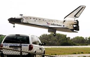 El Discovery descendió planeando a través de un cielo nublado y aterrizó en el puerto espacial de la NASA.
