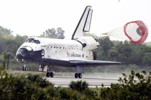 El transbordador espacial Discovery regresó a la Tierra, poniendo fin a una misión de construcción que dejó a la estación espacial internacional con todos sus paneles solares y con potencia eléctrica adicional.