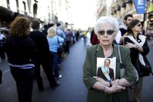 A las 10:00 hora local comenzó el desfile interminable de hombres, mujeres, jóvenes, adultos y ancianos, algunos militantes, otros simplemente trabajadores que reconocieron el legado democrático que dejó Alfonsín.