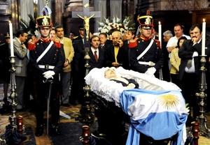 El féretro se abrió para mostrar a un Alfonsín que murió dormido y que mostraba un rostro sereno, con el bastón presidencial cruzado al pecho y cubierto en sus piernas con la albiceleste bandera argentina.
