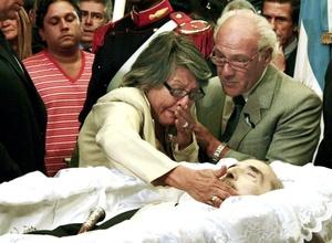 Varios centenares de personas recibieron al cortejo fúnebre del ex presidente argentino Raúl Alfonsín a su llegada a la sede del Parlamento, en Buenos Aires.