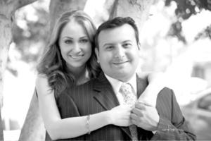 Dr. Saúl Ibrahim Salomé Pacheco Siordia y Q.F.B. Karina Lizeth Reyes Villarreal el día que realizaron su presentación religiosa y su boda civil. <p> <i>Estudio Carlos Maqueda</i>